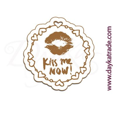 """Etiqueta de tablero lacado blanco con mensaje grabado """"Kiss me now"""""""
