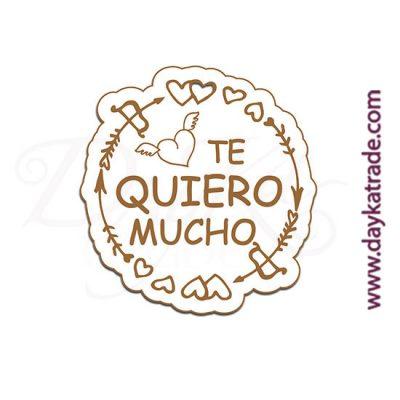 """Etiqueta de tablero lacado blanco con mensaje grabado """"Te quiero mucho"""""""