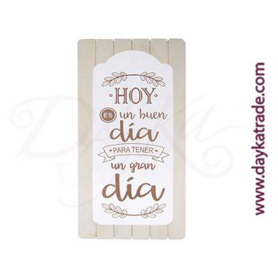 """Tabla con mensaje """"HOY ES UN BUEN DÍA PARA TENER UN GRAN DÍA"""" sobre una tabla rayada de madera"""