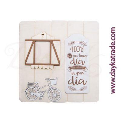 """Tabla con mensaje """"ALL YOU NEED IS LOVE"""" con bici y ventana sobre una tabla rayada de madera"""