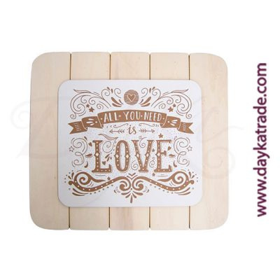 """Tabla con mensaje """"ALL YOU NEED IS LOVE"""" sobre una tabla rayada de madera"""