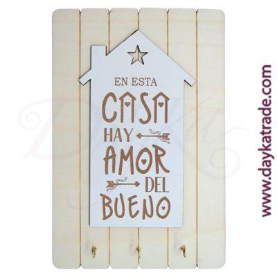 """Cuelga llaves con tabla rectangular con tablero con mensaje """"En esta casa hay amor del bueno""""."""