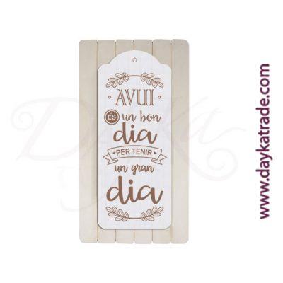 "Tabla rectangular con tablero con mensaje ""Avui es un bon dia per tenir un gran dia""."