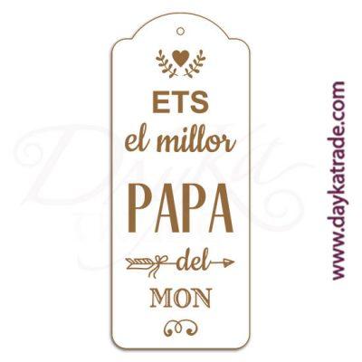 """Etiqueta de tablero lacado blanco con mensaje grabado """"Ets elmillor papa del mon""""."""