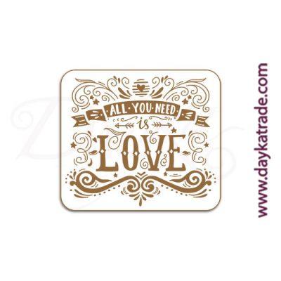 """Mensaje de tablero lacado blanco con mensaje grabado """"All you need is love""""."""
