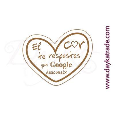 """Mensaje de tablero lacado blanco con mensaje grabado en catalán """"El cor te repostes que Google desconeix""""."""