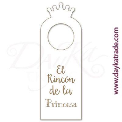 """Etiqueta de tablero lacado blanco con mensaje grabado """"El rincón de la princesa"""", con diseños grabados que se pueden pintar con pinturas acrílicas Artis. Disponible en catalán o castellano."""