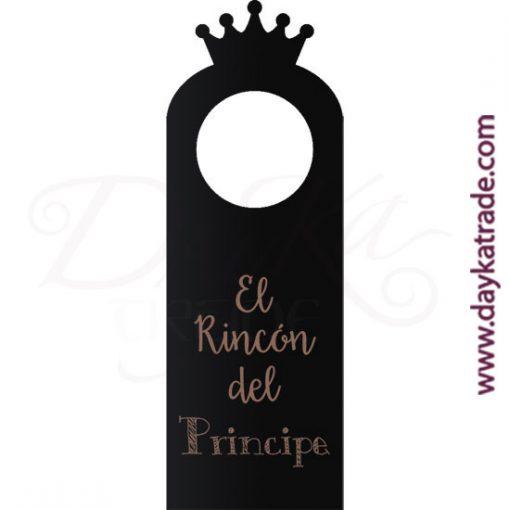 """Pizarra en forma de etiqueta con mensaje """"El rincón del príncipe"""", con diseños grabados que se pueden pintar con pinturas acrílicas Artis. Disponible en catalán o castellano."""