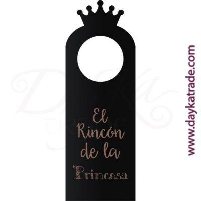 """Pizarra en forma de etiqueta con mensaje """"El rincón de la princesa"""", con diseños grabados que se pueden pintar con pinturas acrílicas Artis. Disponible en catalán o castellano."""