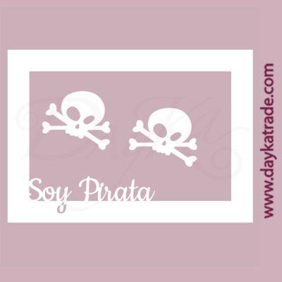 """Calaveras y texto """"Soy pirata"""" en cartón fino blanco, flexible y adaptable a todas las superficies. Se puede pegar y pintar fácilmente. Se utiliza en vidrio, para trabajos de scrapbooking, pegar en mueble, marcos..."""