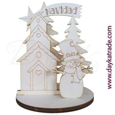 Set muñeco de nieve, casa y abetos con peana redonda en madera de chopo de Dayka Trade, disponible en 2 tamaños.