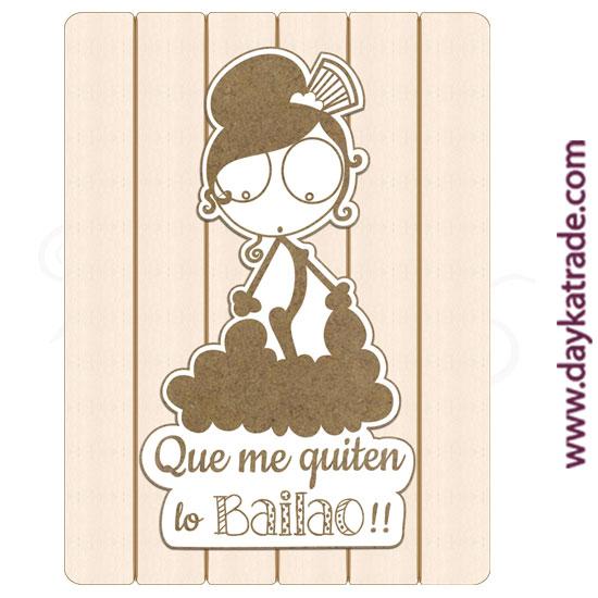 """Tabla rectangular con tablero lacado con mensaje """"Que me quiten lo bailao""""."""
