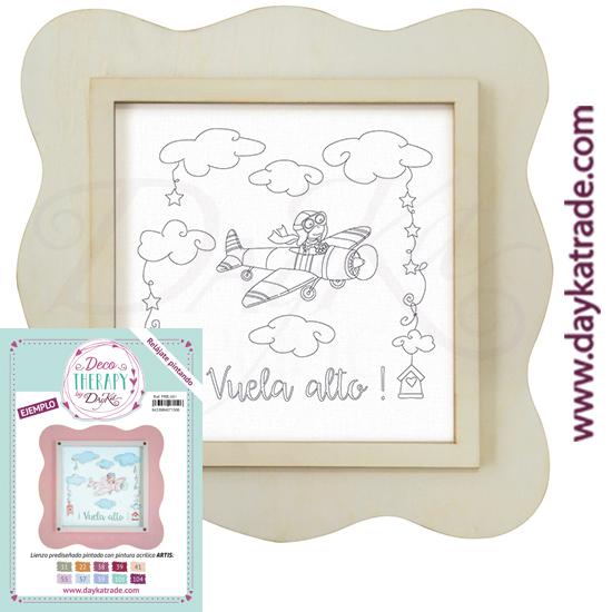 """Deco Therapy by Dayka para que te relajes pintando. Lienzo prediseñado niña aviadora con nubes y texto """"¡Vuela alto! con marco de madera y adhesivo. Incluye etiqueta con ejemplo pintado y colores empleados para inspirarte."""