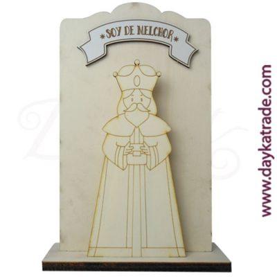 """Tabla con mensaje"""" soy de Melchor"""" en tablero lacado blanco, con peana en madera de chopo de Dayka. Decoración Navidad"""
