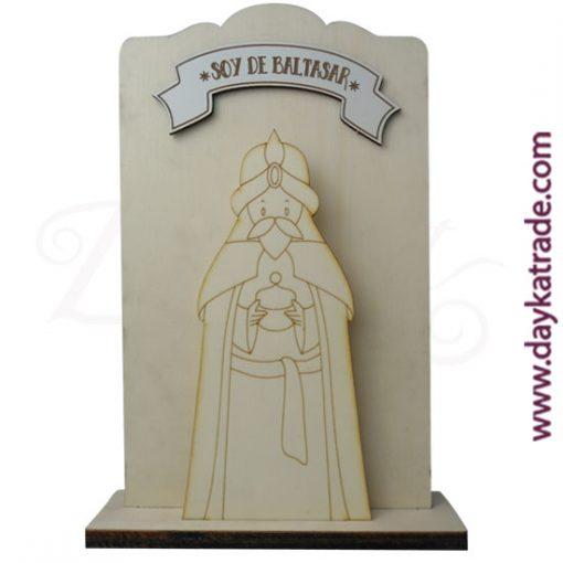 """Tabla con mensaje"""" soy de Baltasar"""" en tablero lacado blanco, con peana en madera de chopo de Dayka. Decoración Navidad"""
